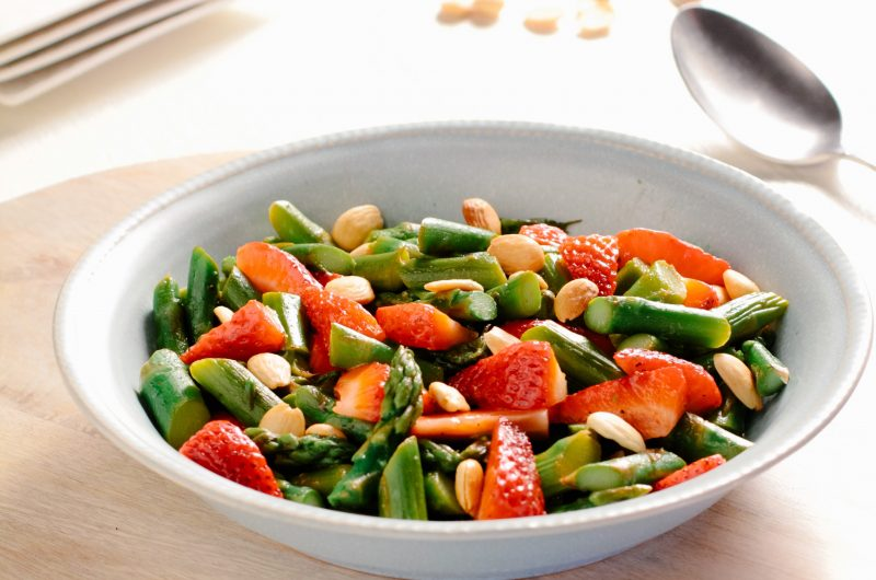 LOW-CARB ASPARAGUS & STRAWBERRY SALAD